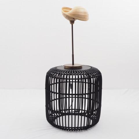 Petite table de chevet, table basse, ou table d'appoint avec pied en rotin noir et plateau en bois teck de chez Hydile